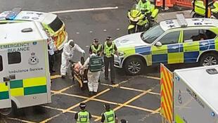Una foto tomada de la cuenta de Twitter de Milroy1717 muestra cuando los servicios de emergencia se llevan a un herido en una camilla, en el centro de Glasgow, el 26 de junio de 2020.