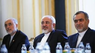 وزير الخارجية الإيراني محمد جواد ظريف متوسطا مساعد الرئيس ورئيس منظمة الطاقة الذرية
