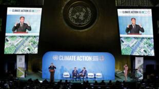 El presidente francés, Emmanuel Macron, habla mientras Emir Sheikh Tamim bin Hamad Al-Thani, de Qatar, y el primer ministro de Jamaica, Andrew Holness, escuchan durante la Cumbre de Acción Climática de las Naciones Unidas de 2019 en la sede de la ONU en Nueva York, Nueva York, EE. UU., 23 de septiembre de 2019.