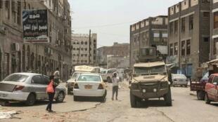 آلية تابعة للانفصاليين الجنوبيين تعبر أحد شوارع عدن، ثاني مدن اليمن، في 11 آب/أغسطس بعد اشتباكات بين القوات الموالية للحكومة اليمنية المعترف بها دوليا والانفصاليين