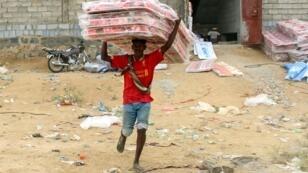 Un Yéménite déplacé reçoit une livraison d'aide humanitaire dans la province de Hajjah, le 11 mars 2019.