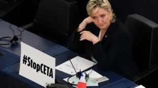 المرشحة الرئاسية الفرنسية مارين لوبان في البرلمان الأوروبي في 15 شباط/فبراير 2017