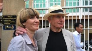Le réalisateur Peter Weir à la sortie d'un tribunal de Phnom Penh , au Cambodge, après son témoignage lors du procès de James Ricketson, le 16 août 2018.