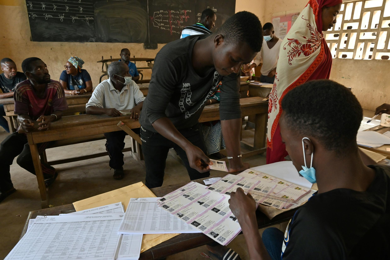 Un funcionario de la Comisión Electoral de Costa de Marfil sostiene tarjetas de votación el 14 de octubre de 2020 en Abidján durante la distribución del material antes de las elecciones presidenciales del 31 de octubre de 2020.