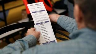 Un votante mira la hoja utilizada en el caucus de Nevada en Liberty High School en Henderson, Nevada, el 22 de febrero de 2020.
