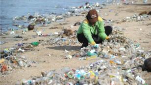 En décembre 2017, la plage de Kuta, l'une des plages les plus populaires de Bali, jonchée de déchets.