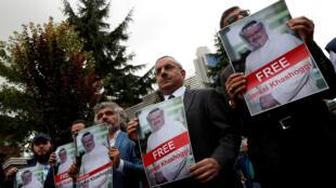 Activistas por los derechos humanos y allegados al periodista Jamal Khashoggi protestaron en las afueras del consulado de Arabia Saudita en Estambul