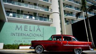 """سيارة كلاسيكية أمام فندق """"ميليا انترناسيونال"""" في كوبا في 23 تشرين الأول/اكتوبر 2020"""