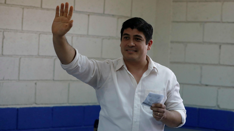 Carlos Alvarado Quesada, candidato presidencial del gobernante Partido de Acción Ciudadana (PAC), emitiendo su voto durante las elecciones presidenciales, en un colegio electoral en San José, Costa Rica, el 1 de abril de 2018.