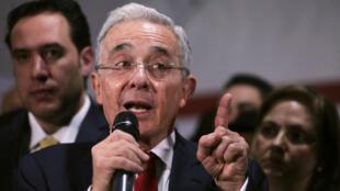El expresidente de Colombia, Álvaro Uribe, habla durante una conferencia de prensa después de una audiencia privada en la Corte Suprema de Justicia, en Bogotá, Colombia, el 8 de octubre de 2019.