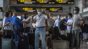 Un grupo de europeos, en su mayoría ciudadanos franceses, esperan para abordar un vuelo humanitario a París en el Aeropuerto Internacional de Tocumen en Ciudad de Panamá, el 11 de mayo de 2020