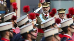 El rey Felipe VI de España saluda a la Guardia Real durante el desfile de la Fiesta Nacional de España en Madrid el 12 de octubre de 2018.
