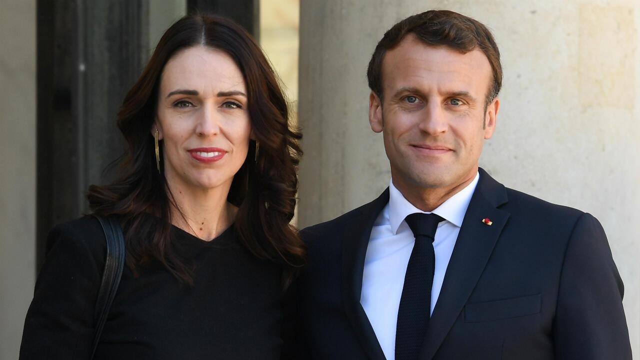 الرئيس الفرنسي إيمانويل ماكرون ورئيسة وزراء نيوزيلندا جاسيندا أرديرن