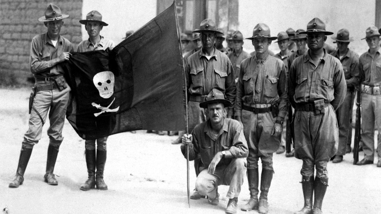 Marines de los Estados Unidos portando una bandera sandinista en 1932.