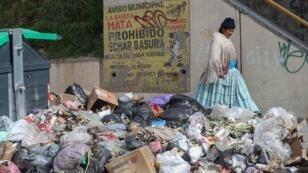 Un deslizamiento de tierra en el relleno sanitario de Alpacoma, principal destino de la basura que produce La Paz, ha causado que los desechos atiborren las calles, mientras se buscan soluciones.