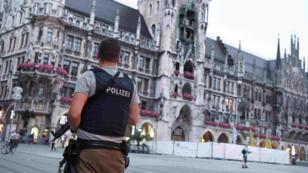 Un policier allemand sur la Marienplatz, à Munich, le 22 juillet 2016 après la fusillade qui a fait neuf morts dans le centre commercial Olympia.
