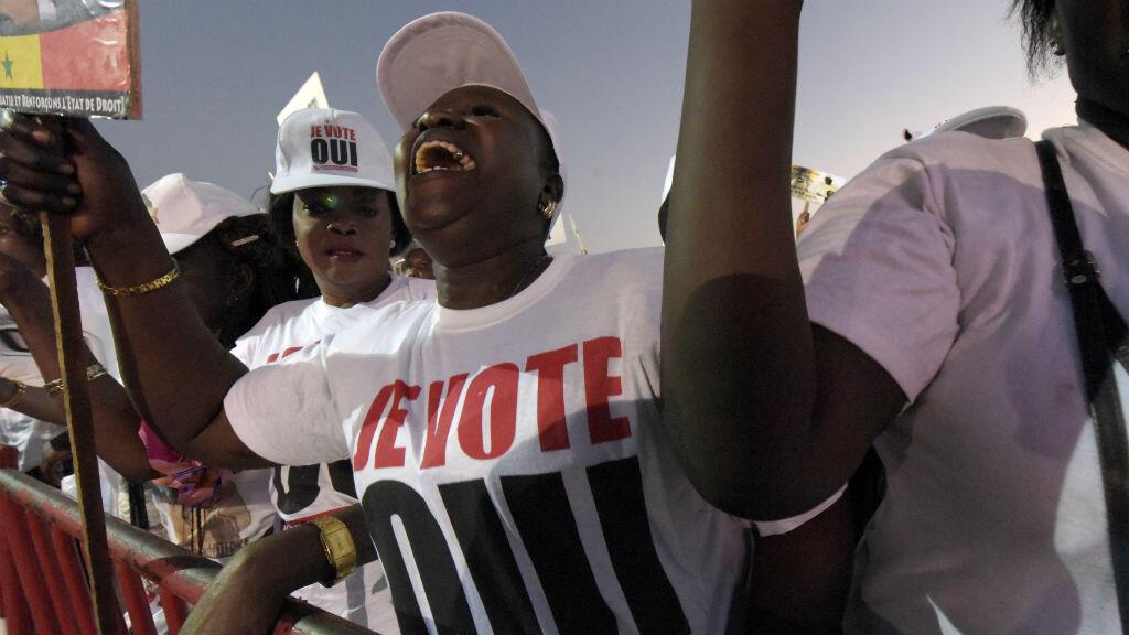 """Un supporter du """"oui"""" au référendum lors d'un meeting à Dakar, le 18 mars 2016."""