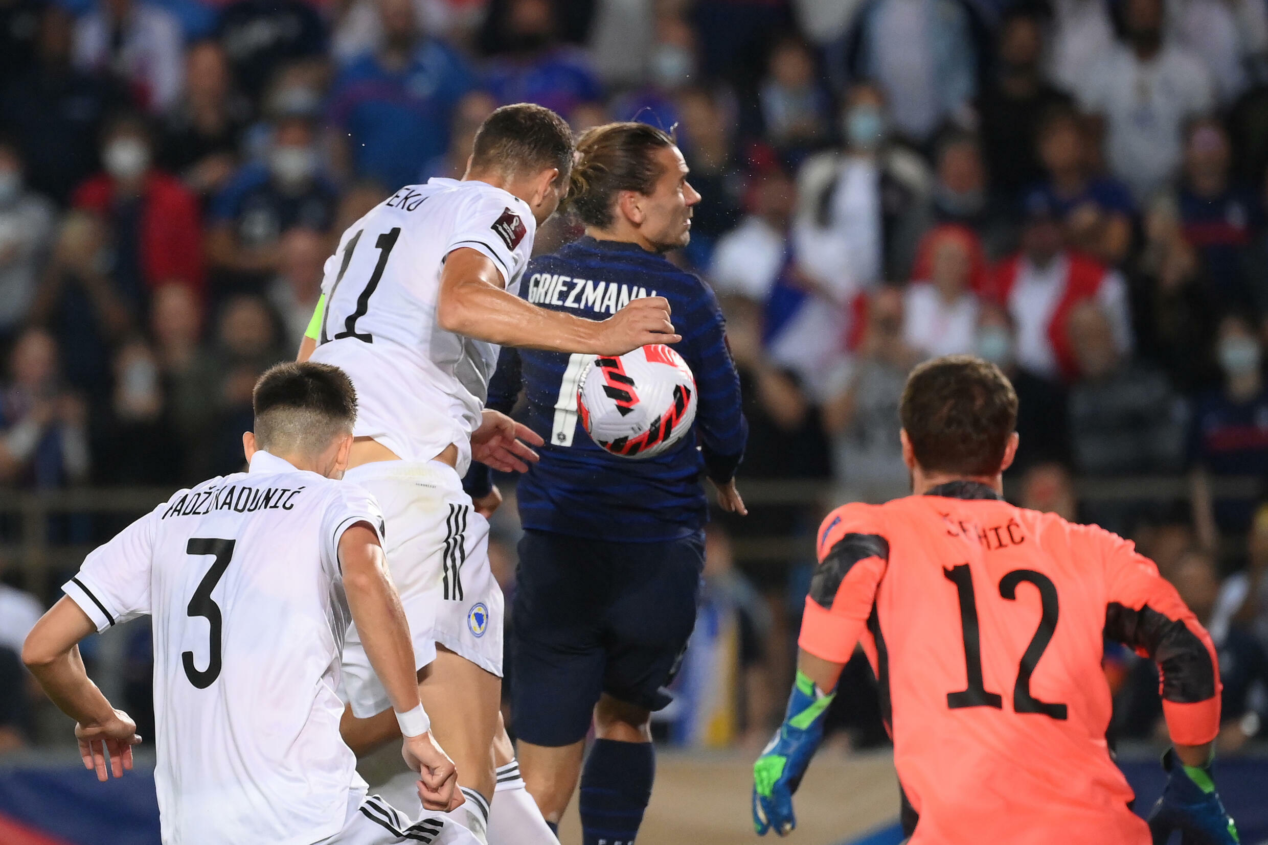 Griezmann scores but 10-man France held by Bosnia in World Cup qualifying -  France 24