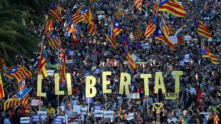 Manifestantes catalanes asisten a una protesta para pedir la liberación de los líderes encarcelados por el intento fallido de independencia, en Barcelona, España, el 26 de octubre de 2019. La palabra dice en catalán 'Libertad'.