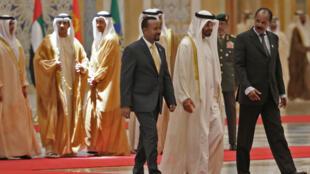Le cheikh Mohammed ben Zayed Al-Nahyane reçoit Abiy Ahmed (g) et Issayas Afwerki (d), le 24 juillet 2018, à Abu Dhabi.