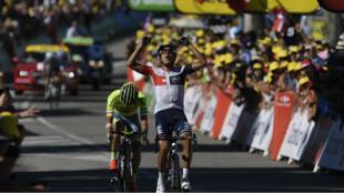 Le Colombien Jarlinson Pantano célèbre sa victoire sur la ligne d'arrivée de cette 15e étape du Tour de France 2016 à Culoz, le 17 juillet 2016.