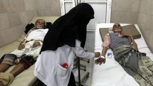 Un homme suspecté d'être porteur du choléra pris en charge dans un hôpital de Sanaa au Yémen, le 13 juillet 2017.