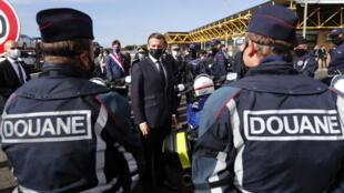 الرئيس الفرنسي أمام عناصر أمينة خلال زيارة إلى الحدود الفرنسية الإسبانية. 05/11/2020