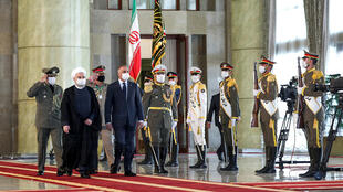 Iraq plays a delicate balancing act between neighbouring Iran and the US