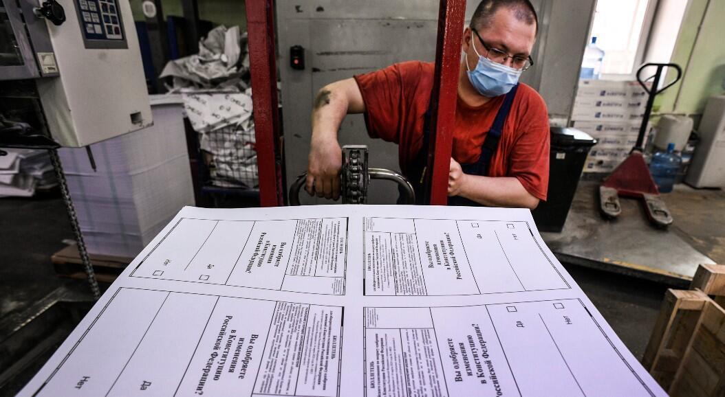 Un trabajador transporta papeletas de votación para el plebscito constitucional, que le permitiría al presidente ruso presentarse a la reelección en 2024. En Podolsk, Rusia, el 10 de junio de 2020.