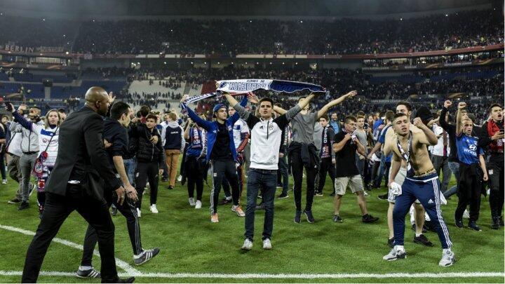 مشجعون في ملعب أولمبيك ليون الفرنسي قبيل المباراة التي جمعته مع بشيكطاش التركي