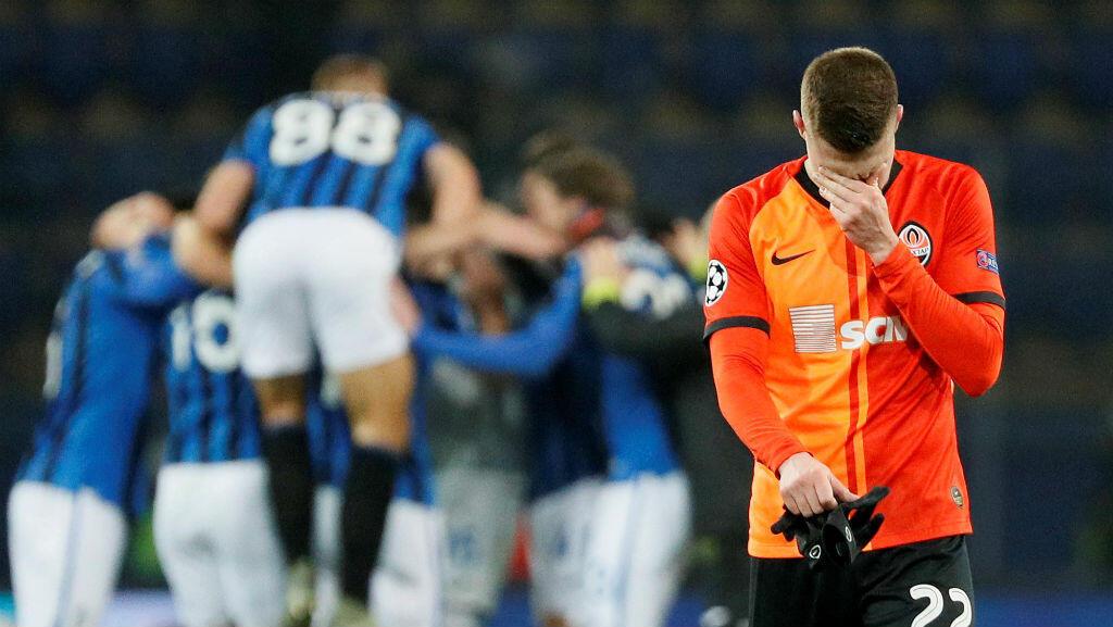 Mykola Matvyenko, del Shakhtar, se muestra decepcionado mientras los jugadores del Atalanta celebran a sus espaldas. Járkov, Ucrania, 11 de diciembre de 2019.