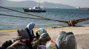 Des migrants dans l'attente, le 22 octobre 2019, au port d'Elefsina près d'Athènes.