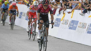 Richard Carapaz cruza la líena de meta de la cuarta etapa de la Vuelta a Colombia 2.1, el 14 de febrero de 2020 en Santa Rosa de Viterbo, casi 200 km al norte de Bogotá