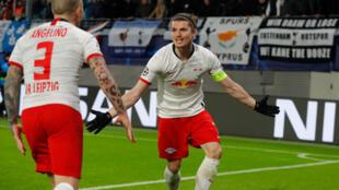 Le buteur Marcel Sabitzer (à droite) remercie son passeur Angelino lors du huitième de finale retour de Ligue des champions opposant Leipzig à Tottenham.