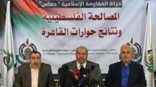 نائب رئيس حركة حماس في قطاع غزة خليل الحية (في الوسط) خلال مؤتمر صحافي عقده في غزة في 27 تشرين الثاني/نوفمبر 2017