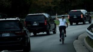 La cycliste de 52 ans, Juli Briskman, faisant un doigt d'honneur au passage du convoi présidentiel, en 2017..