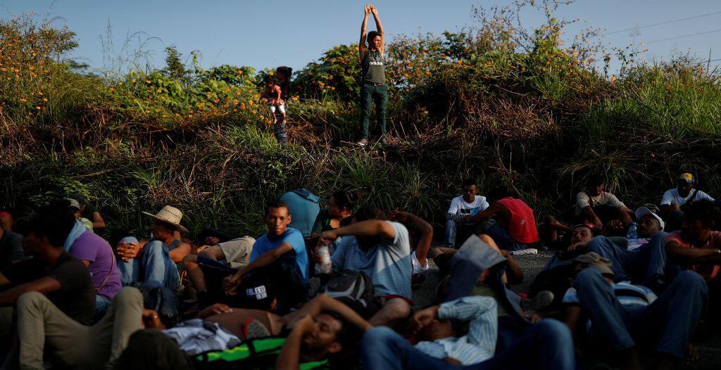 Un grupo de migrantes de la caravana que viaja hacia EE.UU. descansa en la carretera que une Tapanatepec y Santo Domingo Ingenio, cerca de Tapanatepec, México, el 7 de noviembre de 2018.