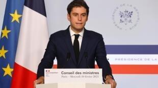 Le porte-parole du gouvernement Gabriel Attal à l'issue du Conseil des ministres, le 10 février 2021 à Paris