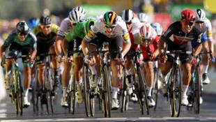 L'Irlandais Sam Bennett (c) vainqueur au sprint de la 10e étape du Tour de France, entre Le Chateau d'Oléron et Saint-Martin-de-Ré, le 8 septembre 2020
