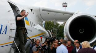 المخرج الأوكراني أوليغ سينتسوف يصل مطار بوريسبيل ضمن صفقة لتبادل الأسرى بين موسكو وكييف، 7 سبتمبر/أيلول 2019.