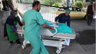 Une femme blessée est dépêchée aux urgences, à Kaboul, le 25 juillet 2019.