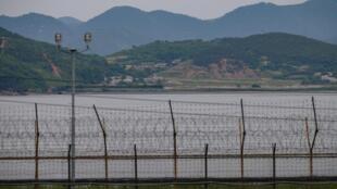 منظر عام للمنطقة المنزوعة السلاح الفاصلة بين الكوريتين، من جزيرة غيودونغ الكورية الجنوبية في 18 حزيران/يونيو 2020.