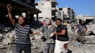 """رجل يخرج من تحت الأنقاض في أعقاب غارة جوية """"روسية"""" على معرة النعمان في محافظة إدلب شمال غرب سوريا، 22 يوليو/تموز 2019"""