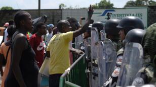 Migrantes protestan frente la Guardia Nacional en Tapachula, México, en la frontera con Guatemala, este martes 3 de septiembre de 2019