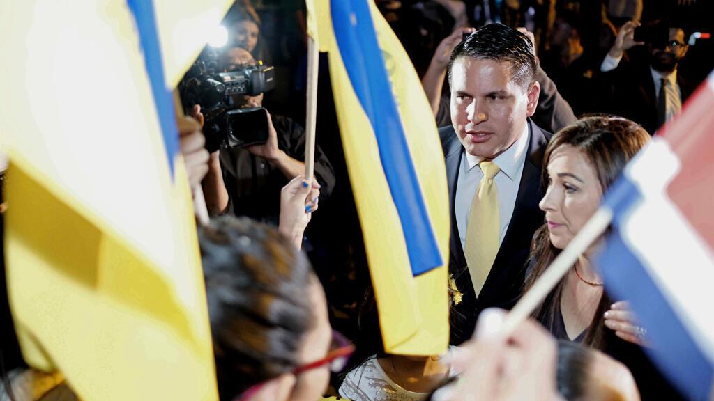El candidato presidencial Fabricio Alvarado (c) del Partido Restauración Nacional (PRN), asiste al debate organizado por la cadena de televisión Repretel, en San José (Costa Rica).