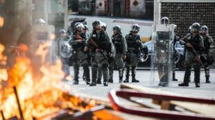 La police de Hong Kong derrière une barricade montée par des manifestants pro-démocratie, le 21 septembre 2019.