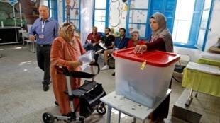 تونسية تدلي بصوتها في مركز اقتراع بالعاصمة خلال الانتخابات البرلمانية، 6 أكتوبر/تشرين الأول 2019.