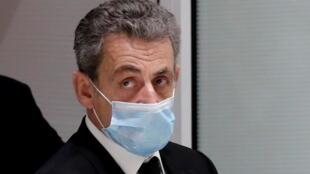 L'ancien président français Nicolas Sarkozy quitte la salle d'audience, du palais de justice de Paris, le 7 décembre 2020.