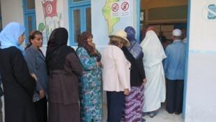 تونسيات ينتظرن دورهن للتصويت في الانتخابات التشريعية 2014