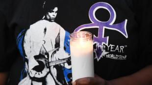 Aux États-Unis, les fans de Prince se rassemble pour rendre hommage au chanteur disparu.